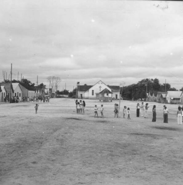 Praça do povoado Guarani na colônia Japiim no município de Mâncio Lima (AC) - 1974