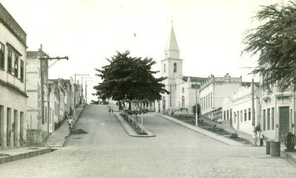 Rua Epaminondas Gracindo : Igreja Matriz de Bom Jesus do Bonfim : Viçosa, AL - [19--]