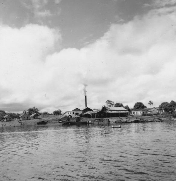 Usina para extração do pau-rosa na cidade de Maués (AM) - maio. 1966
