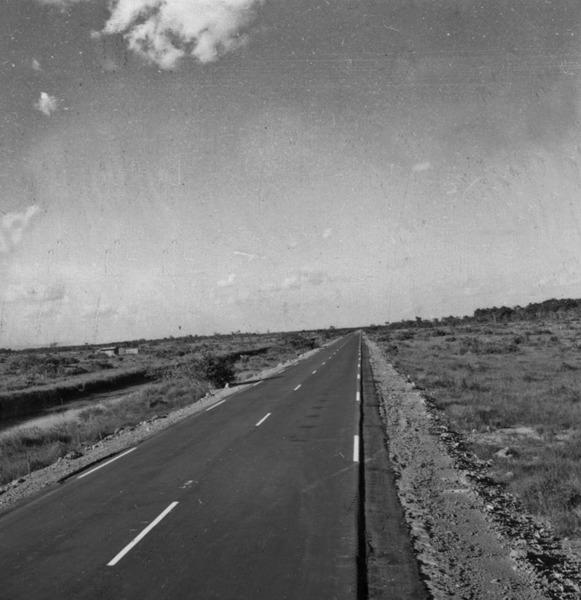 Pontal da Cruz no horizonte a direita cunha de mata envadindo os campos de Humaita a 7Km ao sul do ramal dessa cidade (AM) - s.d.