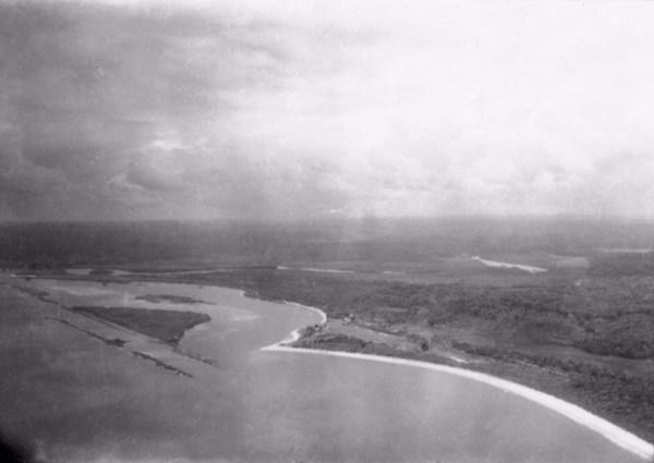 Vista aérea da Baía de Cabrália no Povoado de Santo André em Santa Cruz de Cabrália (BA) - 1953
