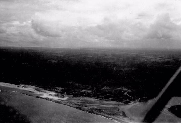 Vista aérea da Baía de Cabrália em Santa Cruz de Cabrália (BA) - 1953