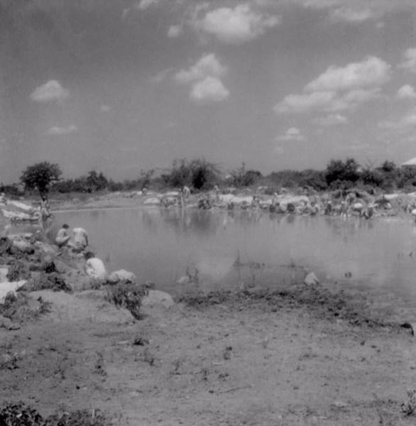 Lavadeiras no Rio Jacutinga : Município de Irecê - 1962