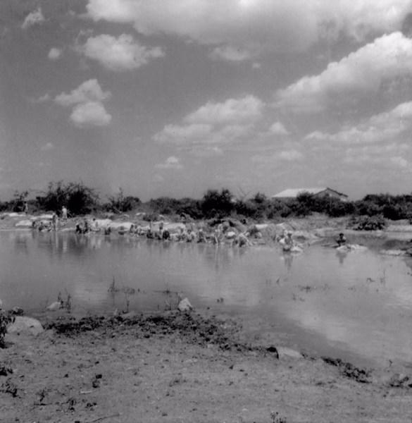 Lavadeiras no Rio Jacutinga em Irecê (BA) - fev. 1962