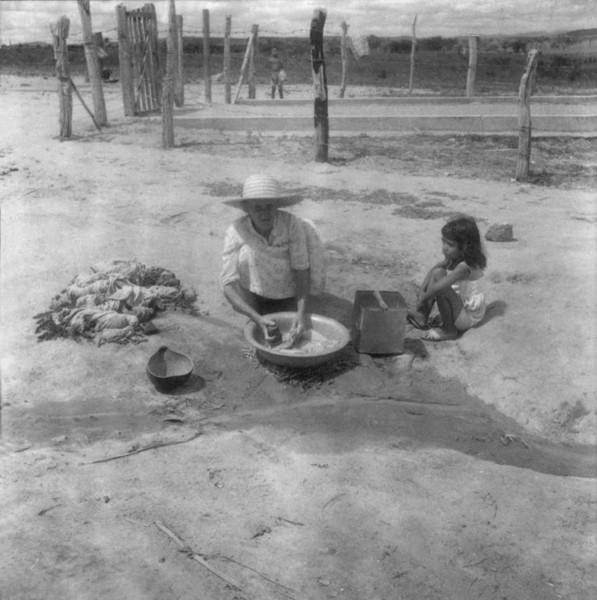 Lavadeira no Açude Serrote em Serrolândia (BA) - fev. 1962