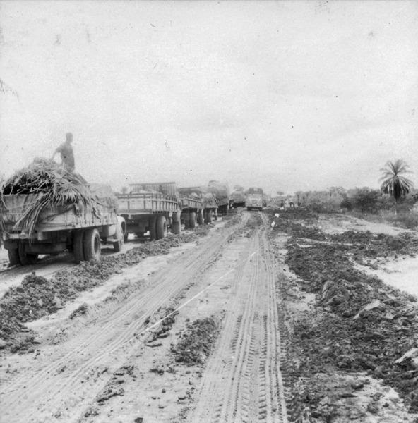 Caminhões na Estrada Rio - Bahia em Bom Jesus da Lapa (BA) - 1962