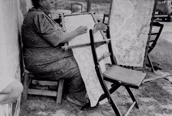 Bordadeira fazendo labirinto em Aracati (CE) - maio. 1952