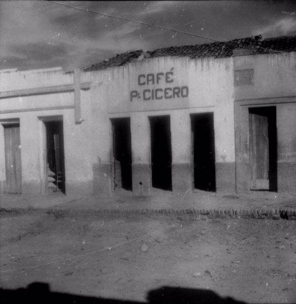 Café Padre Cícero no distrito de Quitaiús em Lavras de Mangabeira (CE) - fev. 1962