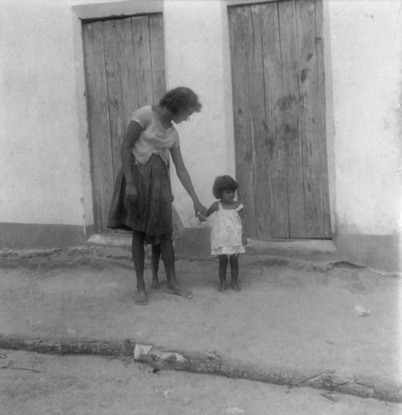 Moradora de Santana do Cariri com sua filha (CE) - fev. 1962