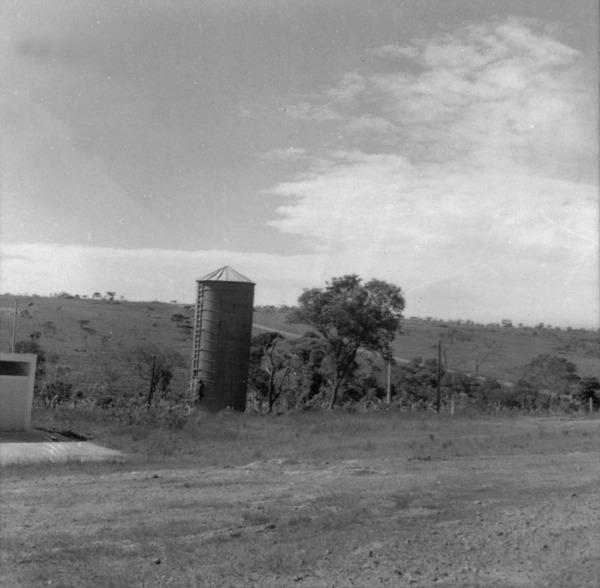 Fazenda do Ipê, vendo-se o depósito Silo (para conservação de produtos da lavoura e forragens verdes) : Brasília (DF) - [19?]