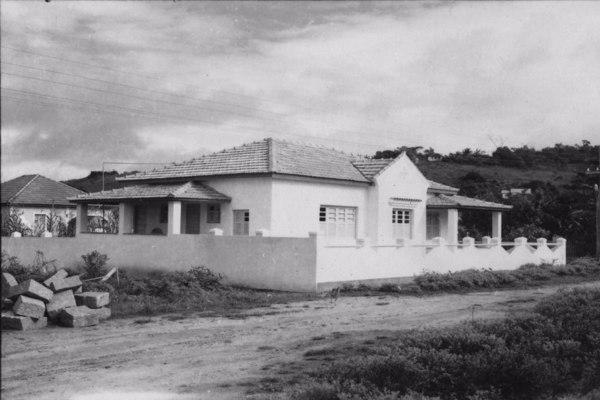 Casas de veranistas de Irirituba, vê-se grande número de casas e praia com areia monazítica. (ES) - 1958