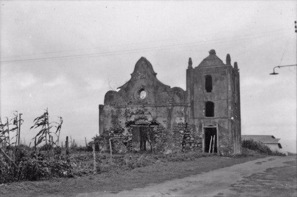 Templo em ruinas na cidade de Guarapari, construção de pedras (ES) - 1958