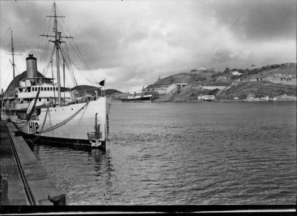 Aspecto do cais de Vitória, navio com carregamento de minérios (ES) - 1958