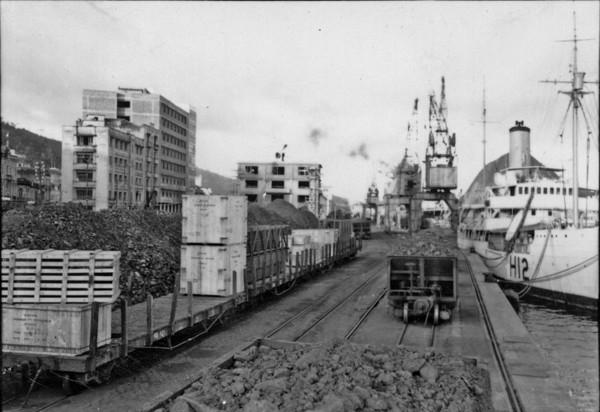 Porto de Vitória, vagões carregados de minério de ferro (ES) - 1958