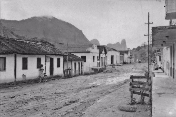 Vila Pancas, ao fundo a Pedra do Camelo (ES) - 1952