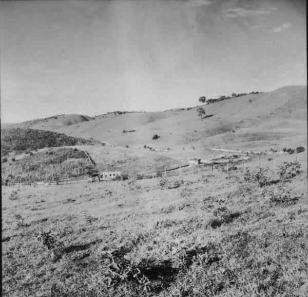 Relevo ondulado a 3km de Guaçui (ES) - 1957
