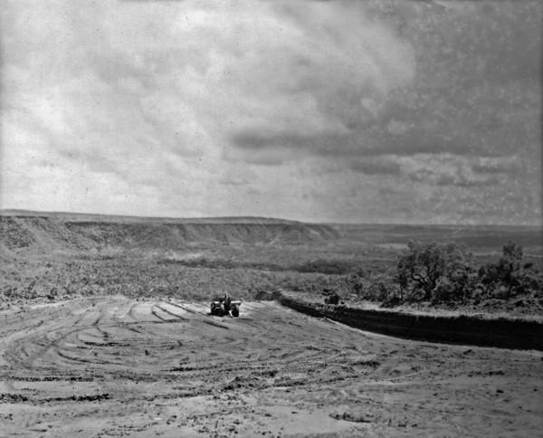 Vista da escarpa do planalto, para o lado do canal São Simão, da estrada São Paulo-Cuiabá entre o entroncamento de Ituiutaba e o canal (GO) - 1953