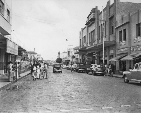 Uma rua comercial de Uberlândia (MG) - 1953