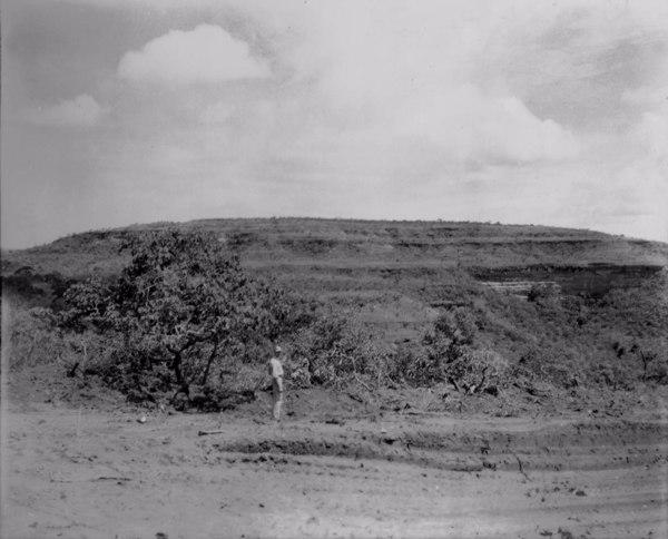 Vista da escarpa de planalto em Araporã (MG) - 1953
