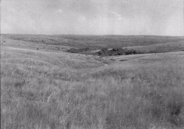 Vista do relevo a partir do alto da Serra do Repartimento em Pirapora (MG) - 1954