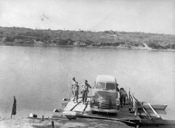 Balsa no Rio Doce : Município de Governador Valadares - 1954