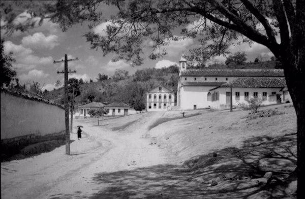 Igreja Matriz de Santa Maria Eterna e casa paroquial em Santa Maria do Suaçuí (MG) - 1952