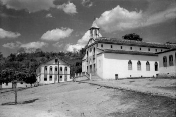 Igreja Matriz de Santa Maria Eterna e casa paroquial em Santa Maria do Suaçuí (MG) - set. 1952