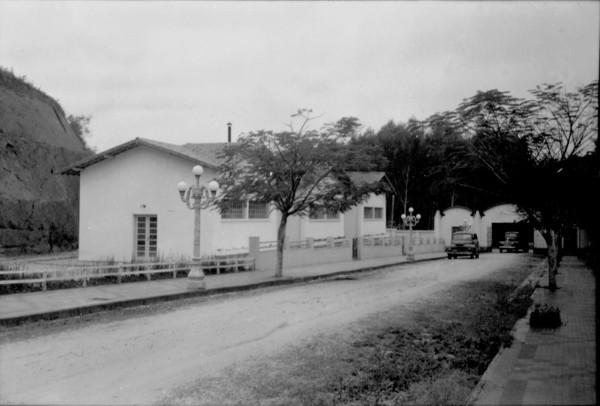 Prédio do engarrafamento da Água de São Clemente em Jacutinga (MG) - [195-]