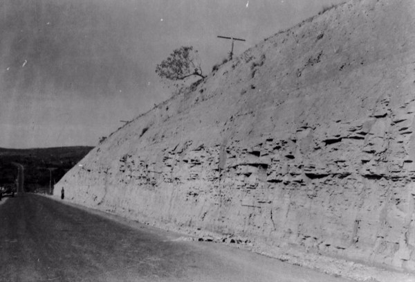 Barranco de xisto na estrada entre Sete Lagoas e Paraopeba (MG) - 1958