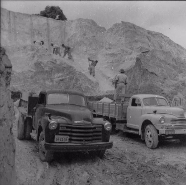 Extração de caolin na serra de Bicas : município de Bicas - 1958