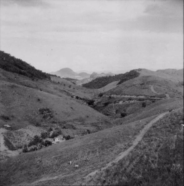 Relevo acidentadoa poucos quilometros de Aventureiro (MG) - 1958