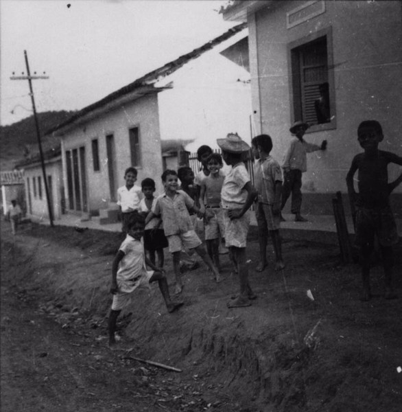 Crianças brincando em Dona Euzébia (MG) - s.d