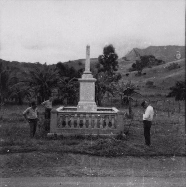 Monumento na estrada que liga Dona Euzébia a Guidoval (MG) - s.d