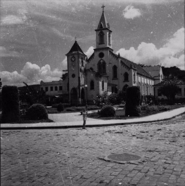 Praça principal da cidade de Coimbra (MG) - s.d