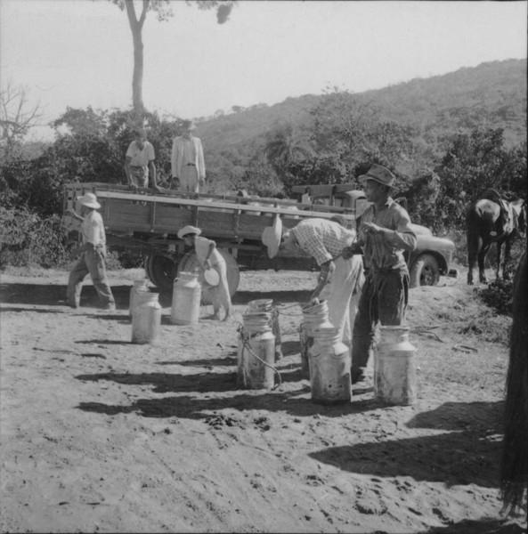 Vendedores de leite juntando vasilhas para mandar à cidade de Pará de Minas (MG) - s.d.