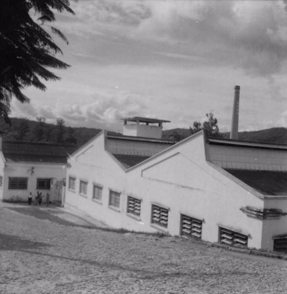 Vista do município de Cachoeira dos Macacos, vendo-se uma fábrica de tecidos : município de Cachoeira dos Macacos - 1967