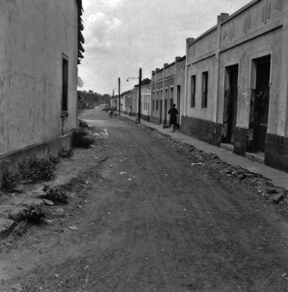 Rua Senador Ponce, em Rosário-Oeste : velha rua da cidade (MT) - 1968