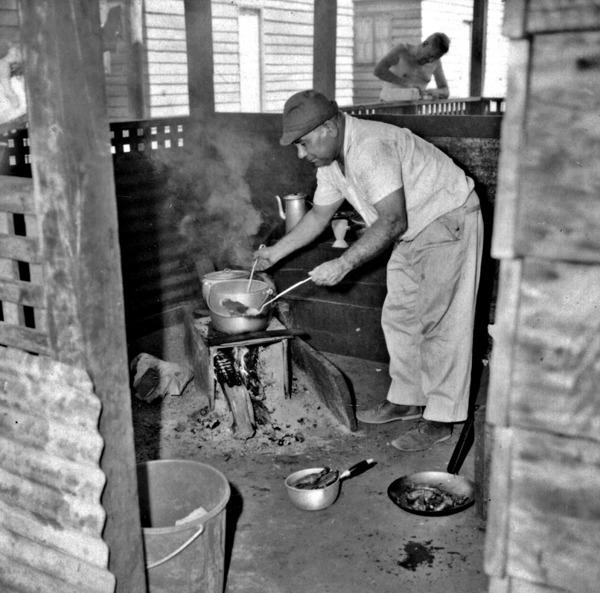 O motorista do IBGE, fazendo o almoço no antigo posto do DNER no alto Juruena (MT) - 1968