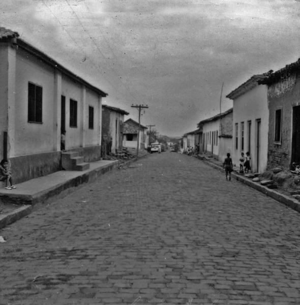 Rua Almirante Batista das Neves na estrada da cidade de Diamantina (MT) - 1968