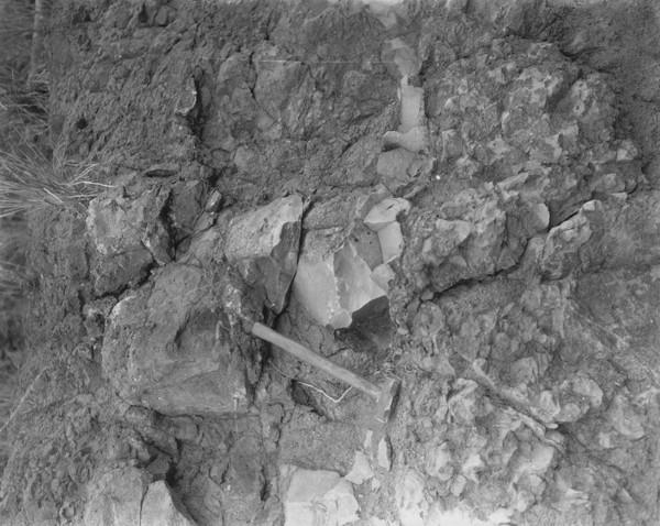 Detalhe da composição da rocha na estrada Nioaque em Campo Grande (MS) - s.d.