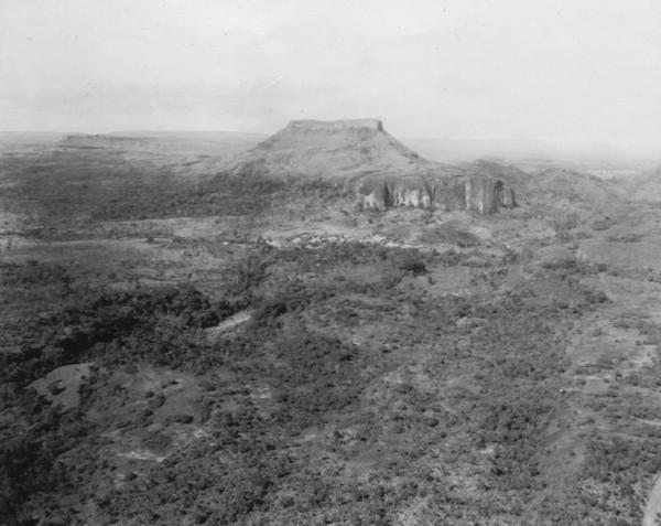 Vista aérea de um testemunho entre Poxoréu em Guiratinga (MT) - 1953