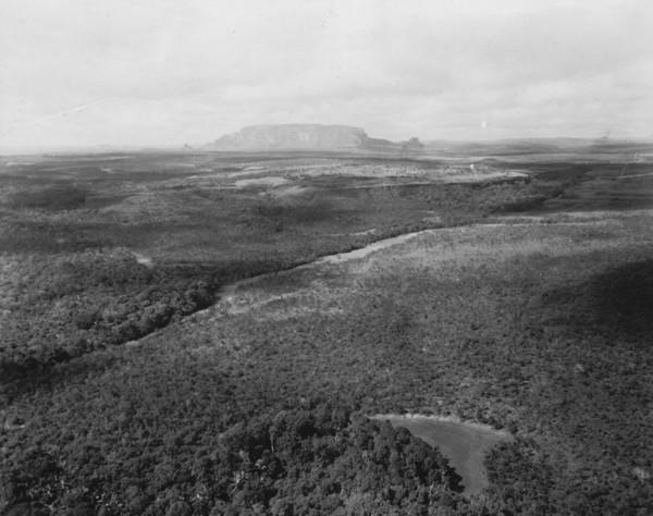 Vista aérea do relevo entre Poxoréu e Guiratinga (MT) - s.d.