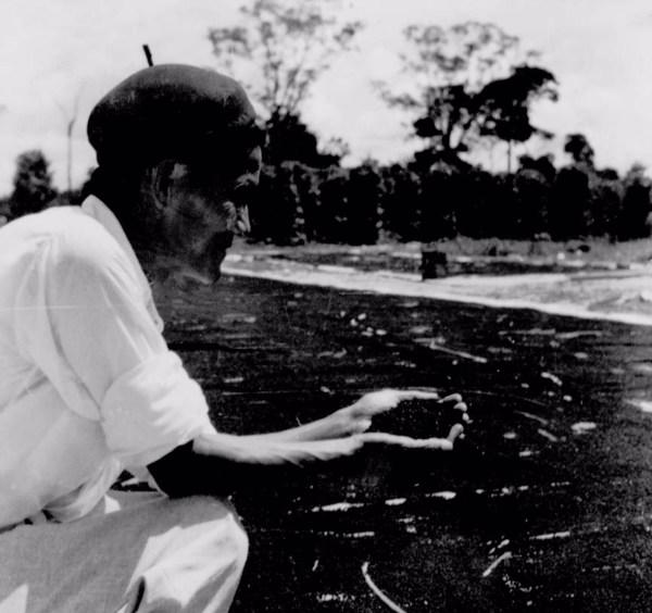 Colono japonês vendo-se plantação de pimenta do reino em Tomé- Açu (PA) - 1955