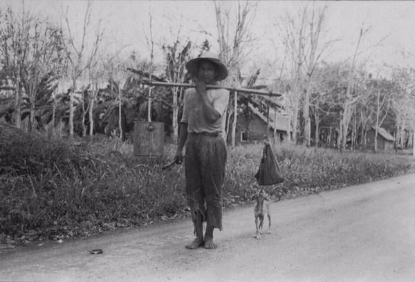 Seringueiros voltando do seu trabalho em Belterra (PA) - 1953