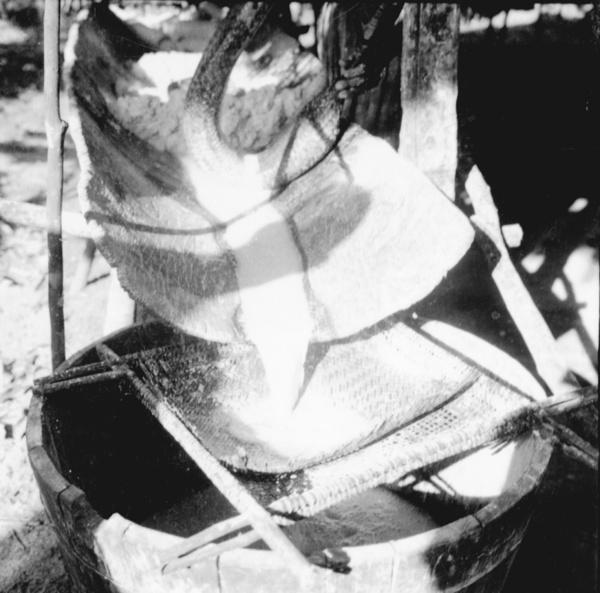 Preparação da tapioca e tipiti em Maracanã (PA) - [195-]