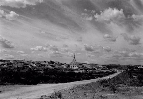 Vista da cidade e ao fundo a Igreja Matriz de São José : Município deSão José do Egito - 1956
