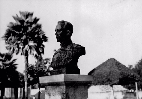 Busto do Mal. Pires Ferreira em Barras (PI) - 1957