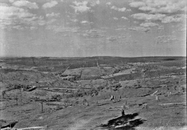 Vale perto do município de Jandaia do Sul, vendo-se nos espigões plantações de café. (PR) - 1955