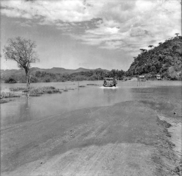 Caminhão atravessando estrada alagada : Município de União da Vitória (PR) - 1957