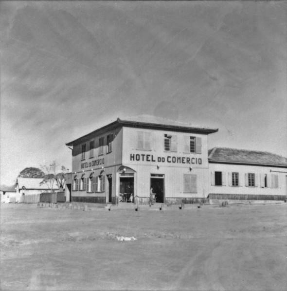 Vista do município de Araruna : construção típica (PR) - 1957